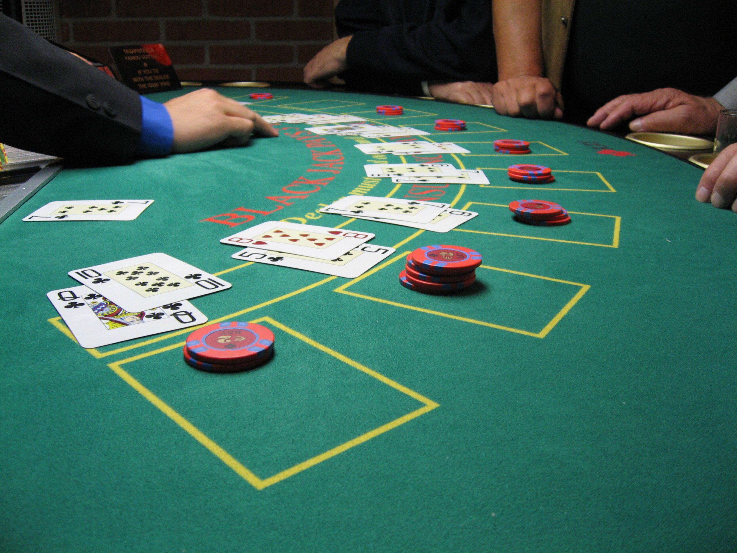 Descopera cele 5 reguli care iti pot asigura castigul la blackjack-ul online